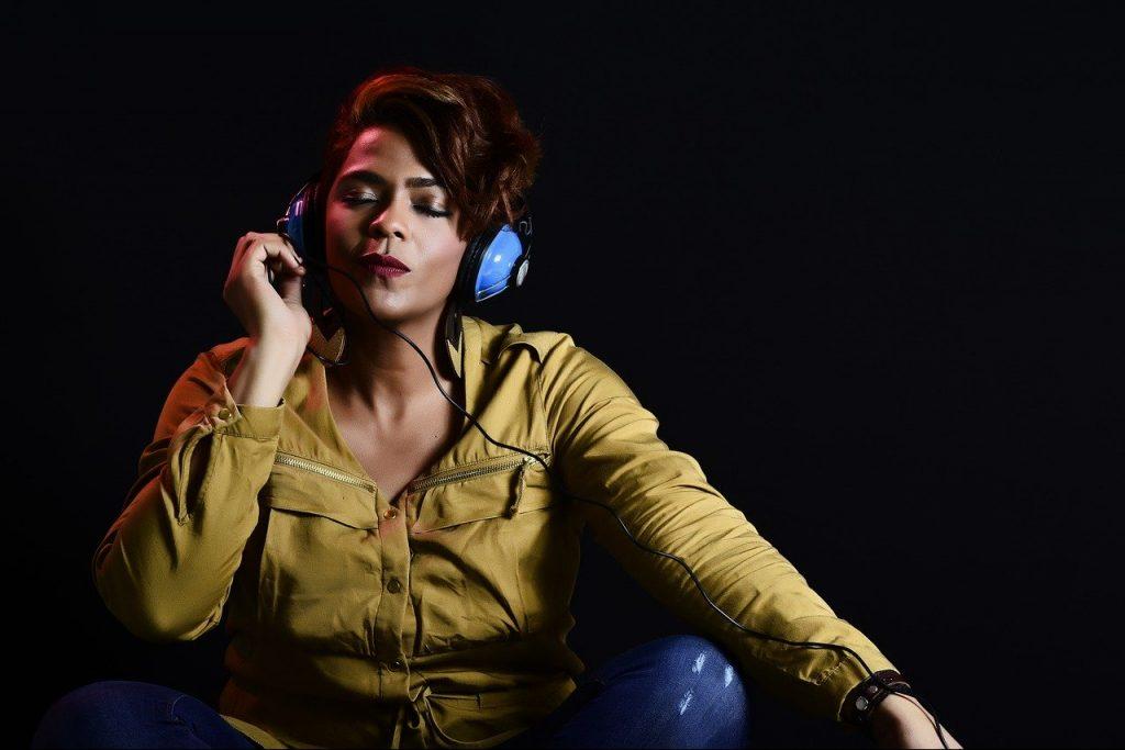 donna ascolto musica cuffie